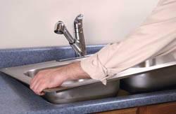 Сантехник в Тюмени. Услуги сантехника – установка раковины на кухне. город Тюмень